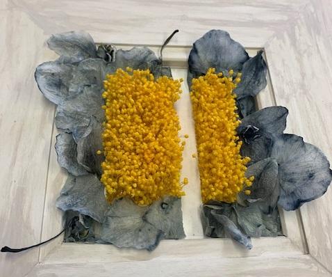 黄色い花に囲まれた一本の『道』